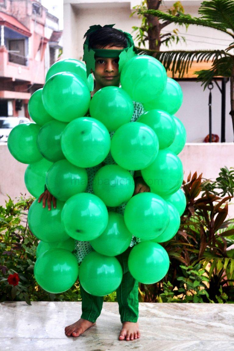 grapes as a dress on green day, ગ્રીન ડે માં બનાવેલ દ્વાક્ષના ઝુમખાનો ફોટો